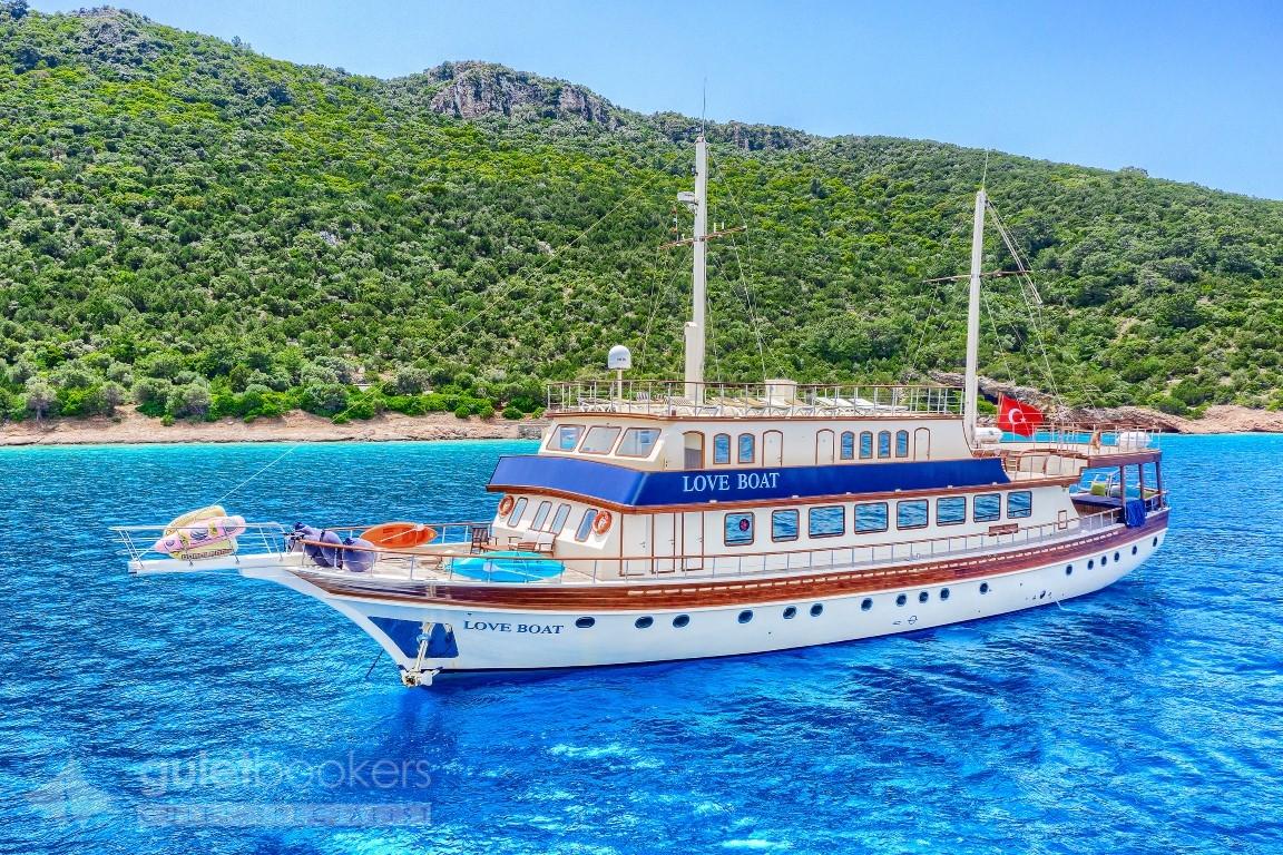 Yat Love Boat